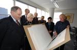 Kunstenaar Wim Bettenhausen (rechts) schenkt een serie prenten aan het Haags Gem…