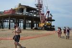 Pier, werkzaamheden aan het eiland waarop een reuzenrad komt; vervaardiger: Oost…