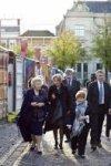 Koningin Beatrix krijgt tijdens haar bezoek aan de tentoonstelling Journey op he…