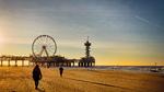 Strand met zicht op de pier en het reuzenrad (Skyview De Pier); vervaardiger: Gi…