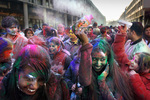 Viering van Holi Phagwa met een optocht door de Hobbemastraat. Hindoestanen vier…