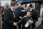 Minister Piet Hein Donner van Justitie op bezoek bij een wijkcentrum in het Laak…