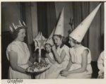 De Zweedse kolonie te Den Haag viert het St. Luciafeest. De Luciabruid, mej. L. …