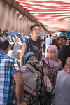 De Haagse fotograaf David Galjaard (geboren 1983, lengte 1,98 meter) op de markt…