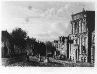 Gezicht naar de Herenstraat te Voorburg. Links het koor van de kerk en rechts het huis Swaanstein.