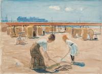 Een dame en een jong meisje hanteren de schep op het Scheveningse strand; op de achtergrond het Wand ...