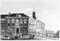 De hoofdingang van het Oude Vrouwen- en Kinderhuis aan het Spui, hoek Ververstraat, gezien vanaf de  ...