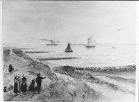 Een negental Scheveningers kijkt vanaf het duin over strekdammen  de zee over, waarop een vissersboo ...
