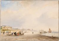 Het strand van Scheveningen met links het Stedelijk Badhuis en op het strand voor het duin strandten ...