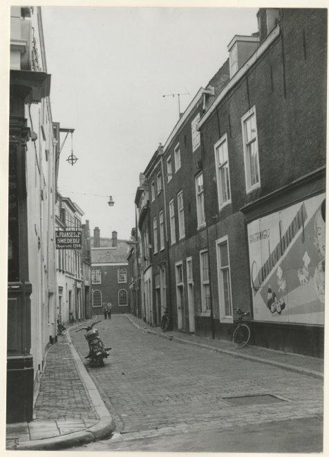 Koediefstraat, gezien vanaf de Korte Poten; vervaardiger: Friedhoff, Edith; 1 -1961