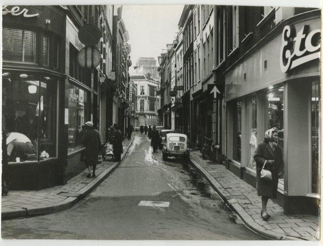 Papestraat, gezien vanuit het Noordeinde naar de Oude Molstraat; vervaardiger: Thuring, Fotoburo; 13 -1 -1962