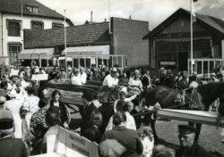 Oranjefeest op de Noord Boulevard met links: 'De Landbouw'