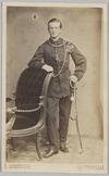 Portret ten voeten uit van een militair met zijn rechterarm leunend op een stoel