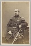 Portret van een kolonel artillerie zittend op een stoel met sabel, Cartes-de-vis…