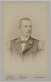 Portret van voren van een militair van de Marine met het lichaam en hoofd licht …