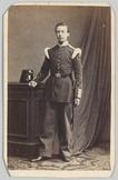 Portret van een soldaat infanterie, leunend op een tafel waarop zijn hoofddeksel…