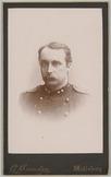 Portret van een 1e luitenant, Cartes-de-visite gemaakt door G. Hiemstra te Midde…