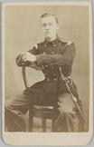Portret van voren en omgekeerd zittend op een stoel van een 2e luitenant der inf…