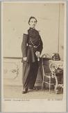 Portret ten voeten uit van een staande militair met in zijn linkerhand een sabel