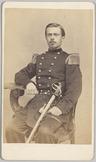 Portret van 1e luitenant der artillerie H. Broers met sabel