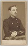 Portret van een korporaal van de grenadiers met de arm leunend op stoelleuning, …