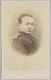 Portret en profile van een 2e luitenant met het hoofd naar de camera gedraaid