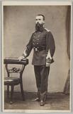 Portret ten voeten uit van een militair met zijn rechterhand op een stoel
