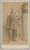 Carte-de-visite van 1e luitenant G.H. van Nouhuys die staat bij een pilaar