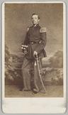 Portret van de 1e luitenant der Infanterie Van Leichen, staande voor een geschil…
