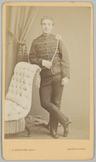 Portret van een 2e luitenant cavalerie leunend tegen een sofa en met een hangend…
