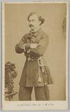 Portret van een luitenant-ter-zee staand met de armen over elkaar en aan zijn re…