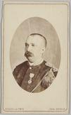 Portret en profile van een 2e luitenant met één onderscheiding op de borst gespe…