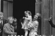 Koninginnedag 1984 in Den Haag ; Prinses Juliana en Koningin Beatrix hand in han…