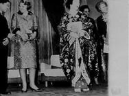 Prinses Beatrix bezoekt Kabuki Theater links Prins Akihito en Prinses Beatrix re…