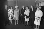 V.l.n.r.: prins Claus, prinses Beatrix, Hare Majesteit, professor Jan Tinbergen,…