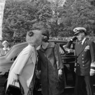 Koning Olav in Rotterdam, koningin Juliana en Prinses Beatrix