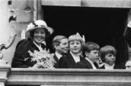 Viering Koninginnedag in Veere, op bordes stadhuis Beatrix , Prins Claus, Willem…