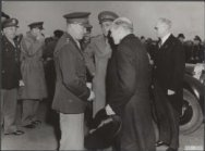 Eisenhower in Amsterdam. Generaal Eisenhower (links) in gesprek met prins Bernha…