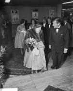 Gala-premier The Unit Story City Amsterdam met koningin Juliana , v.l.n.r. Mell …