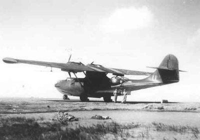 Consolidated PBY-5A Catalina (Y-74)  ASV-antenne onder de BB vleugel en dieptebommen onder beide vleugels