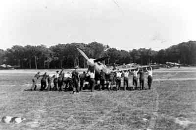 Na een onfortuinlijke landing wordt de Spitfire Mk.II van Prins Bernhard naar een parkeerplaats geduwd. Dit gebeurde  tijdens het bezoek van Prins Bernhard aan het 322 Sqn.