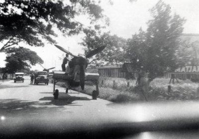 Java, febr. 1942, transport over de weg naar Kemajoran van 2 Hurricanes (mogelijk van de ML\KNIL. Vleugels zijn gedemonteerd en een afdekzeil ligt over de neus.