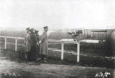 Brik, tweede door Marinus van Meel gebouwd vliegtuig. Eerste vliegtuig van de LVA, reg. LA1. Met naar voren geplaatst hoogteroer. Bezoek van Kon. Wilhelmina (2e van rechts) op 14 oktober 1913.  Rechts C.LVA, kapt. H. Walaardt Sacré.