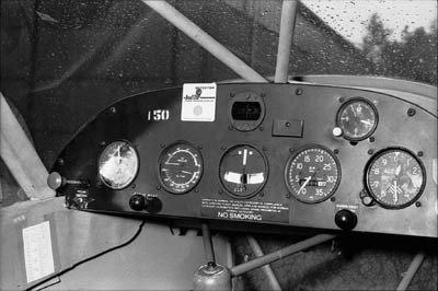 Het instrumentenpaneel van een Piper Super Cub.
