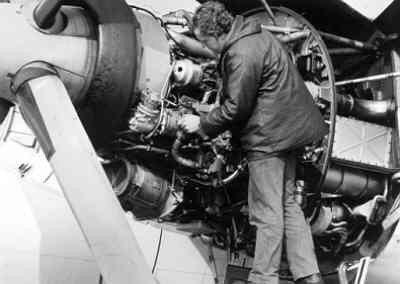 Motoronderhoud: inspectie van de motor van een Breguet Atlantic