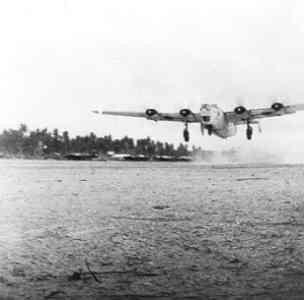 Maritieme patrouillebommenwerpers Consolidated B-24J Liberator Mk. GR VI van het 321 Squadron Detachement Cocos Island starten voor een aanval op Tjilatjap