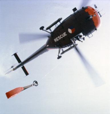 Zicht naar boven op SAR-Alouette III met nooddrijfsysteem, bij reddingsoefening waarbij de hijssling is gevierd.