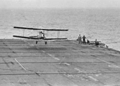 De Haviland DH-82 Tiger Moth (1956-1960). Landt a/b Hr.Ms. Karel Doorman 2.