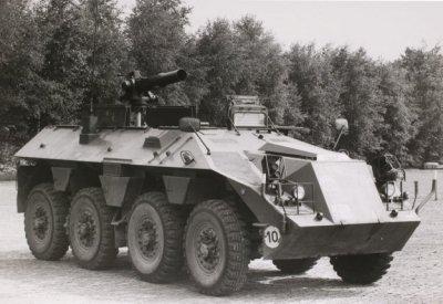 Rechtervoorzijde van de DAF YP 408 met antitankwapen TOW (draadgeleide raket). Het wapen kan hydraulisch omhoog en omlaag bewegen, zodat het laden vanuit de beschermde binnenruimte plaats vindt. De benaming van het voertuig is DAF YP 408 PWAT (Pantser Wiel Anti Tank).