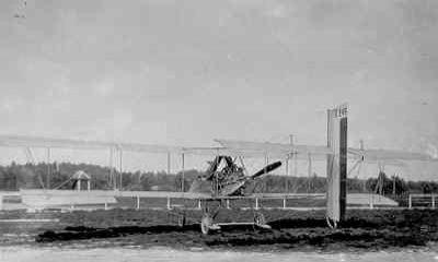 Voisin LB.4 V.245 op Soesterberg. Het toestel werd op 3 februari 1915 geïnterneerd en kreeg na aankoop de registratie LA22. Het was afkomstig van Groupe de Bombardement 2 (GB 2) te St. Pol-sur-Mer en bemand door lt. A. d'Humières en lt. A.L.J. Coutisson.